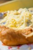 Gebäckkuchen mit Käse auf hölzernem Hintergrund Stockfotos