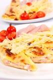 Gebäckkuchen mit Käse auf hölzernem Hintergrund Stockbild