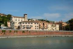 Gebäude in Adyga-Fluss in Verona, Italien Stockbild