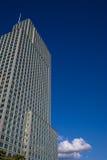 Gebäude auf bewölktem blauem Himmel Stockfotos