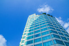 Gebäude auf blauem Himmel Lizenzfreie Stockfotos