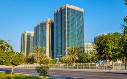Gebäude auf Corniche-Straße in Abu Dhabi Lizenzfreie Stockbilder