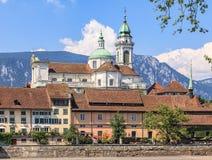 Gebäude auf dem Damm von Aare-Fluss in Solothurn Stockfotografie