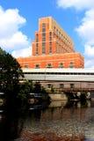 Gebäude auf dem großartigen Fluss Stockfoto