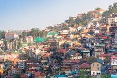 Gebäude auf einem Bergabhang von Shimla an der Dämmerung stockbilder