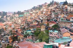 Gebäude auf einem Bergabhang von Shimla an der Dämmerung stockfoto