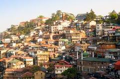 Gebäude auf einem Bergabhang von Shimla an der Dämmerung lizenzfreies stockfoto