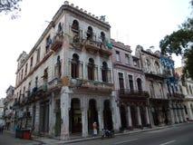 GEBÄUDE AUF EINER ECKE IN ALTEM HAVANA, KUBA Lizenzfreies Stockbild