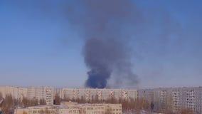 Gebäude auf Feuer mit Rauche notfall stock video