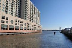 Gebäude auf Fluss Lizenzfreie Stockbilder