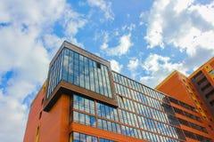 Gebäude auf Hintergrundhimmel mit Wolken gegen den Himmel ein neues h Stockfotos