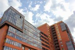 Gebäude auf Hintergrundhimmel mit Wolken gegen den Himmel ein neues h Lizenzfreies Stockfoto