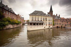 Gebäude auf Kanal in Brügge, Belgien Stockbilder