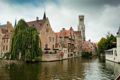 Gebäude auf Kanal in Brügge, Belgien Stockfotografie