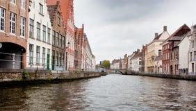 Gebäude auf Kanal in Brügge, Belgien Stockfotos
