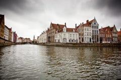 Gebäude auf Kanal in Brügge, Belgien Stockbild