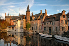 Gebäude auf Kanal in Brugges, Belgien Stockfotos