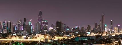 Gebäude in Bangkok in der Nacht Konzeptblaulicht an der Stadt Lizenzfreie Stockfotos