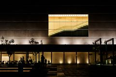 Gebäude belichtet nachts Stockfotografie