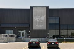 Gebäude Canopy Growth Corporation in den Schmieden fällt Ontario, Cana Lizenzfreie Stockfotos