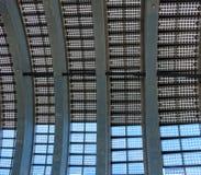 Gebäude-Dach hergestellt von den Sonnenkollektoren Stockbilder