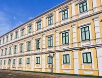 Gebäude der alten Art mit neuer gemalter Farbe Stockbilder
