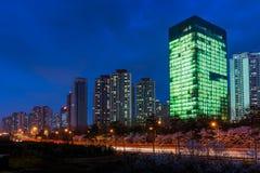 Gebäude an der Dämmerung Lizenzfreie Stockfotos
