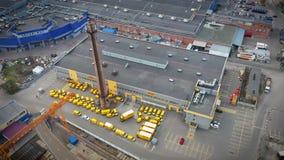 Gebäude der DHL-Logistikmitte, Lager in der Industrieregion, Ansicht von einer Höhe, mit Packwagen und LKWs stock video footage