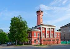 Gebäude der Feuerwache mit Wachturm, Uglich, Russland Stockbilder