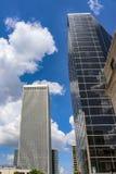 Gebäude der modernen Stadt hervorstehend oben in intensiv blauen bewölkten Himmel mit Reflexionen stockbilder
