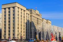 Gebäude der Staatsduma der Russischen Föderation auf einem Hintergrund des blauen Himmels Moskau im Winter Lizenzfreie Stockfotos