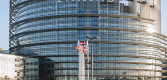 Gebäude des Europäischen Parlaments in Straßburg mit allen Flaggen Stockbilder