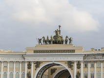 Gebäude des Generalstabs auf Palast-Quadrat in St Petersburg Russland Lizenzfreie Stockfotografie
