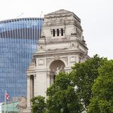Gebäude des Quadrats der Dreiheits-10 Im Hintergrund scyscraper 20 Fenchurch, London, Vereinigtes Königreich Lizenzfreies Stockfoto