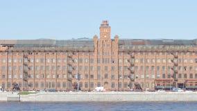 Gebäude des roten Backsteins auf einem Damm des Neva-Flusses am Sommertag - St Petersburg, Russland stock footage