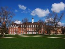 Gebäude des roten Backsteins, blauer Himmel und Baum Stockfoto