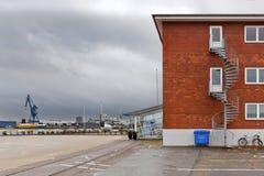 Gebäude des roten Backsteins mit einer Wendeltreppe im Hafen von Aarhus lizenzfreie stockfotos