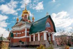 Gebäude des roten Backsteins mit Hauben der orthodoxen Kirche Stockbild