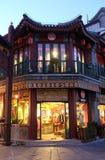 Gebäude des traditionellen Chinesen auf der Qianmen-Straße in Peking Stockfotos