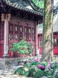 Gebäude des traditionellen Chinesen mit aufwändigem Dach und roten Fenstern an Yu-Gärten, Shanghai, China stockfotografie