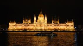 Gebäude des ungarischen Parlaments am Abend Budapest, Ungarn stock video