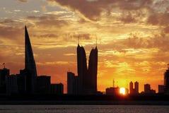 Gebäude drastische goldene Wolken und Bahrain-Highrise Stockfotografie