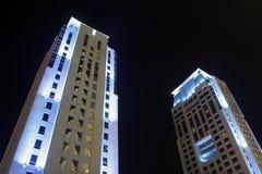 Gebäude in Dubai nachts lizenzfreie stockbilder