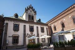 Gebäude durch das Florian Gate-Teil der Verstärkungen von Krakau, die jetzt in der Stadt bleiben Stockfotografie