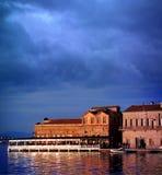 Gebäude durch das Meer Lizenzfreie Stockfotografie