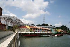 Gebäude durch den Fluss Lizenzfreies Stockbild