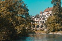 Gebäude durch Fluss nahe Heilig-Jean-Gescheckt-De-Hafen, Frankreich lizenzfreie stockbilder