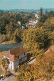 Gebäude durch Fluss nahe Heilig-Jean-Gescheckt-De-Hafen, Frankreich stockbild