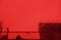 Gebäude durch rotes Glas Stockbild