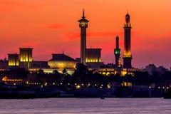 Gebäude einer Moschee bei Sonnenuntergang in Dubai Creek Stockfoto